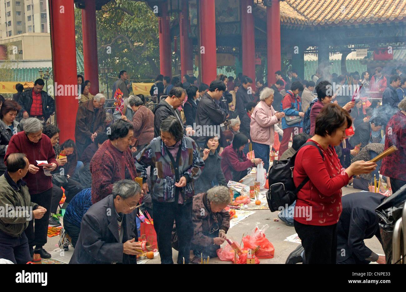 Les fidèles des la Sik Sik Yuen Wong Tai Sin Temple Hong Kong le culte de la lumière sur l'autel des Photo Stock