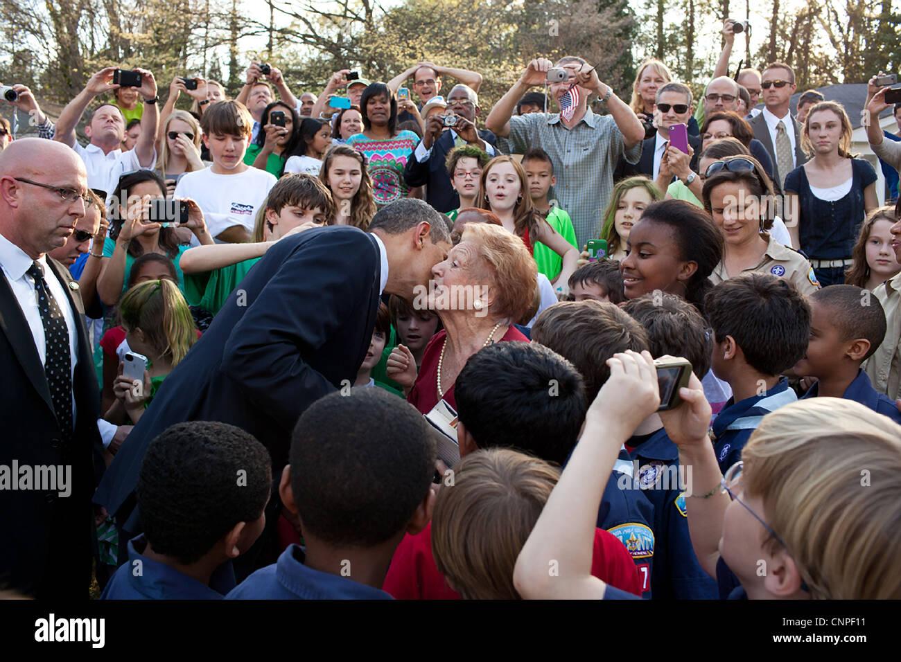 Le président américain Barack Obama salue des amis et partisans au cours d'une visite à un quartier Photo Stock