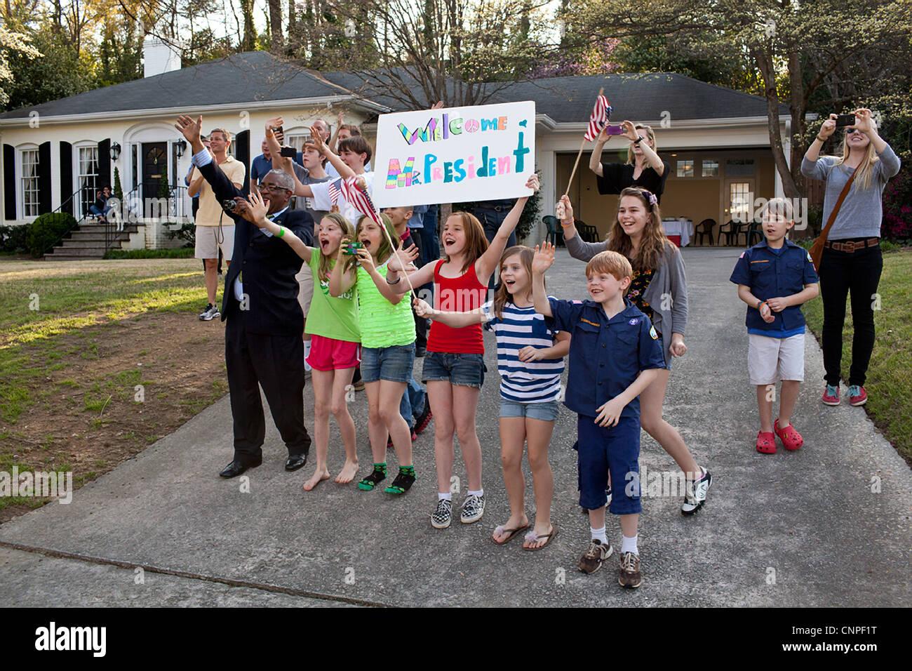 Vague et applaudir les supporters signe en tant que Président des Etats-Unis, Barack Obama, visites à Photo Stock