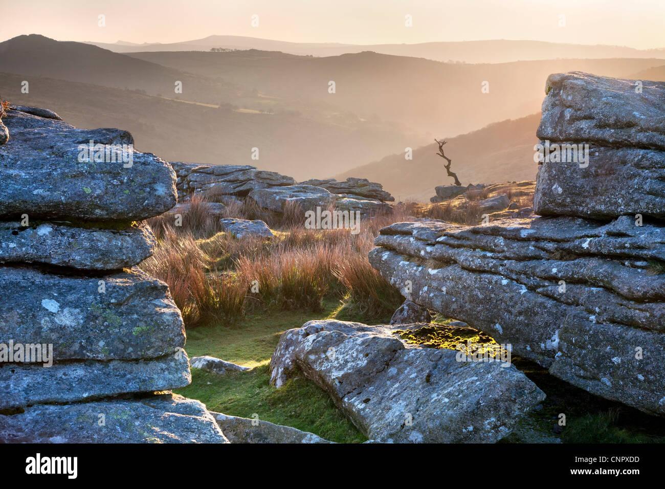 Lever du soleil sur des Combestone Tor à Dartmoor Photo Stock