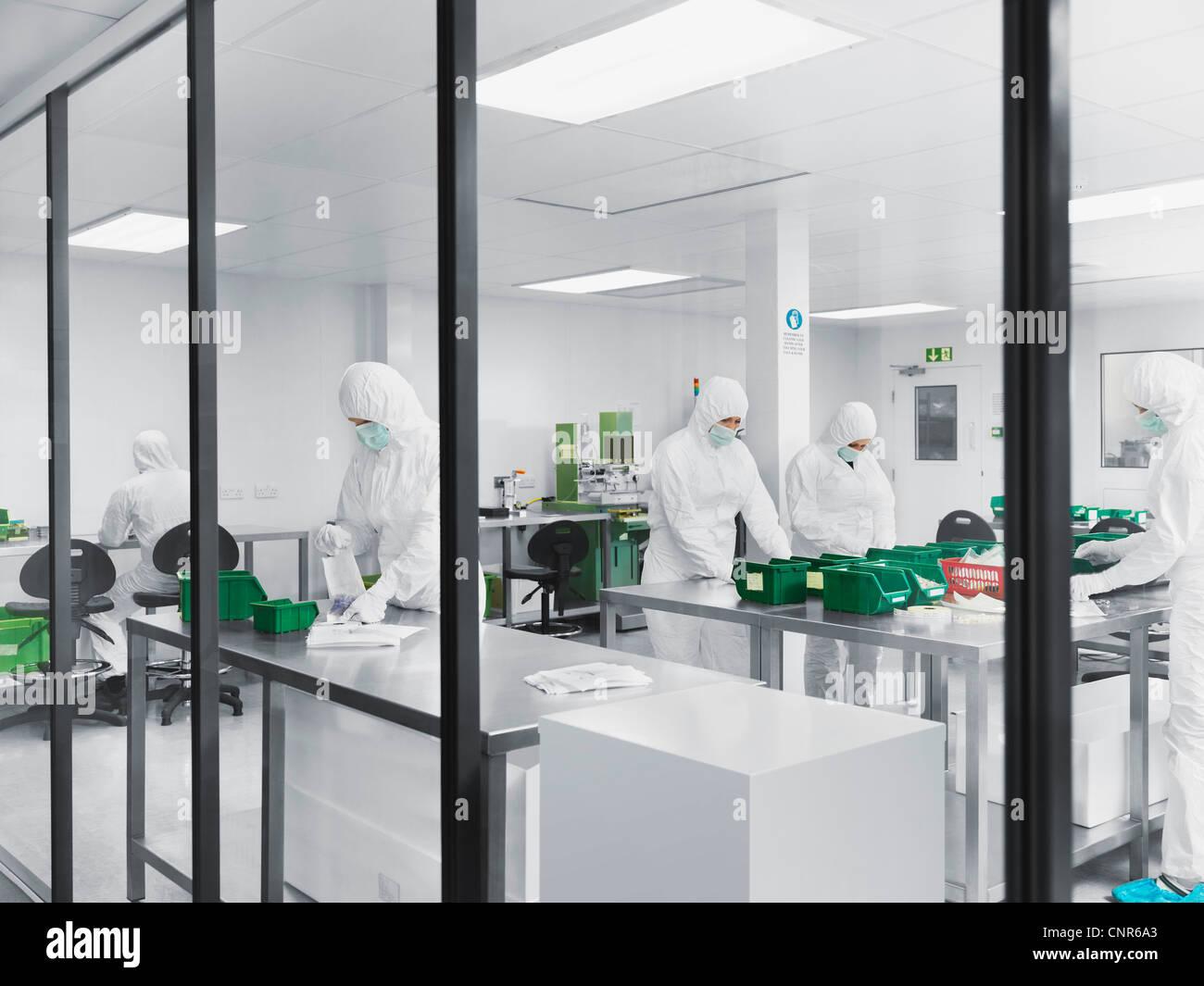 Les scientifiques qui travaillent dans le laboratoire Photo Stock