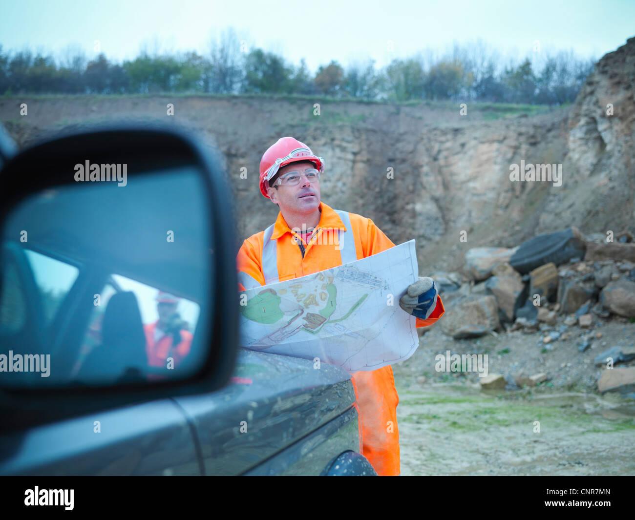 La lecture de bleus travailleurs dans quarry Photo Stock