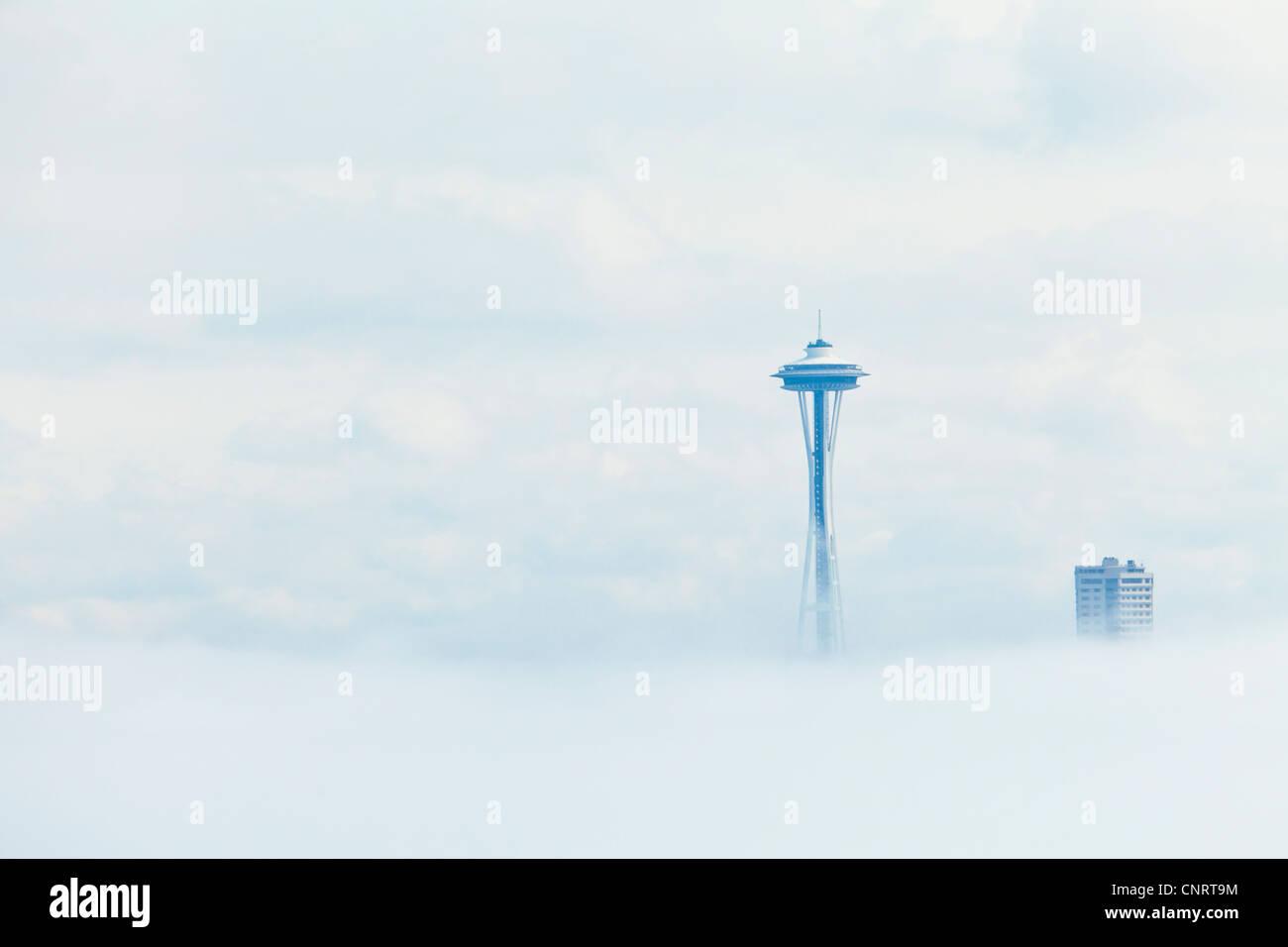 Un banc de brouillard obscurcit le centre-ville de Seattle et l'espace d'aiguille jusqu'à travers Photo Stock