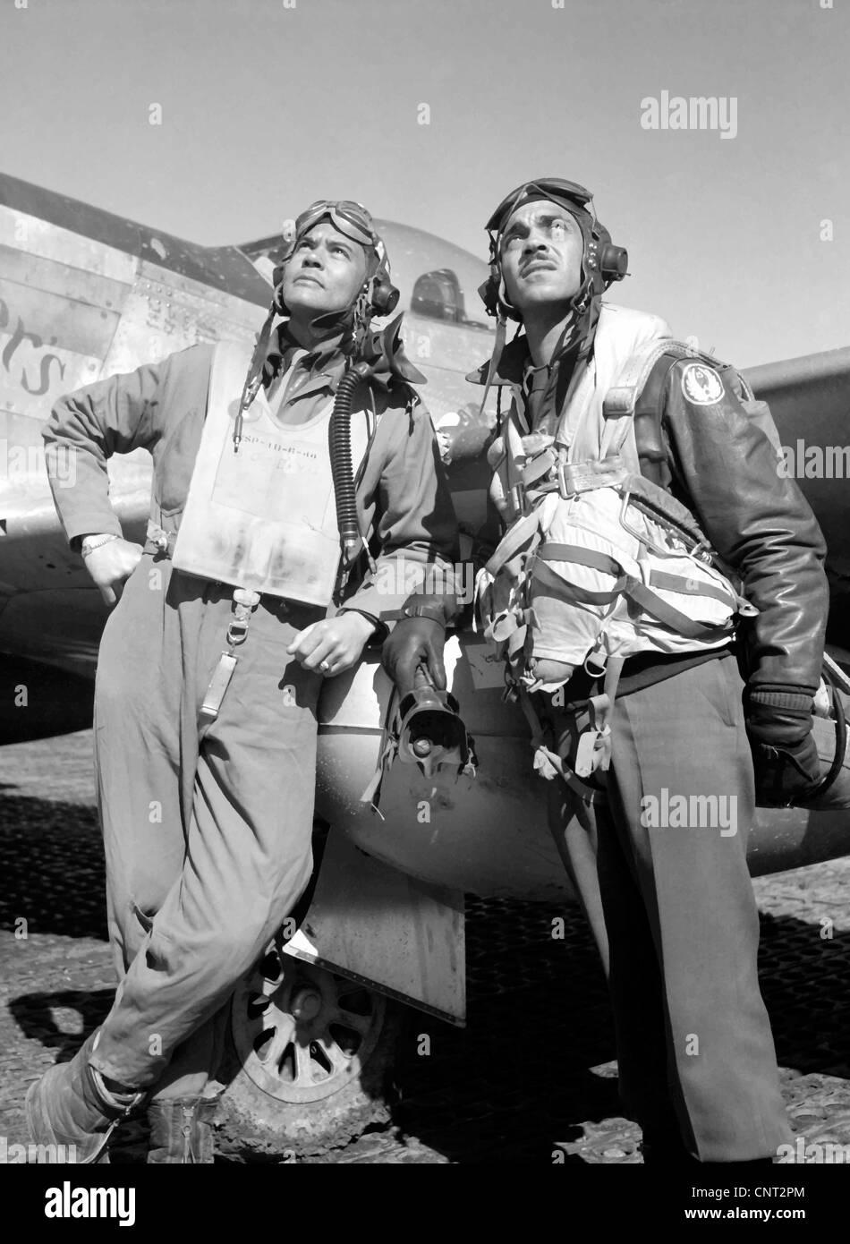 Les membres du 332e Groupe de chasse de Tuskegee Airmen, posant avec un P-51D'Avion nommé Creamer's Photo Stock