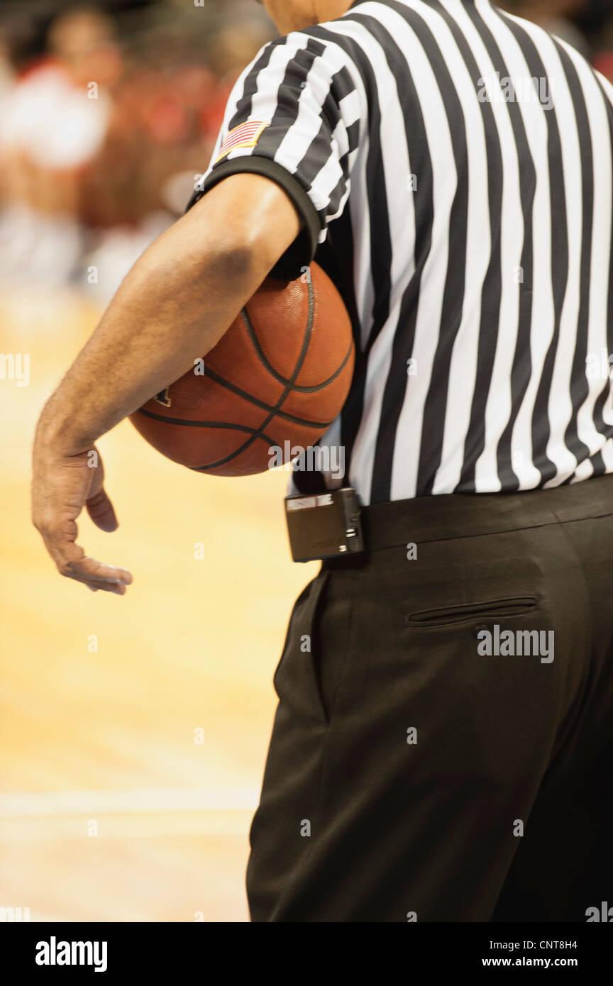 L'arbitre de basket-ball, basket-ball holding vue arrière Photo Stock
