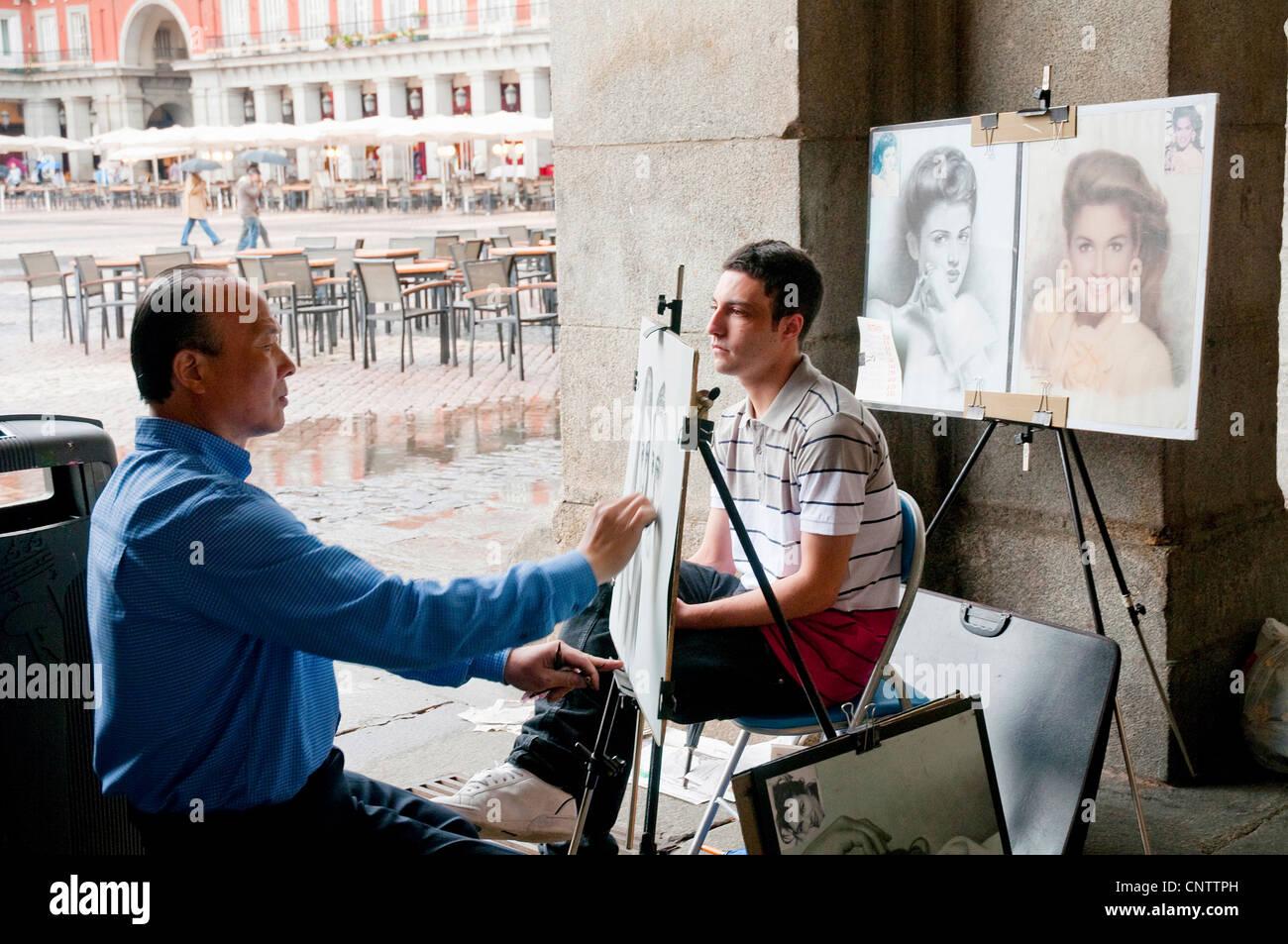 Faire un tiroir portrait d'un jeune homme, place principale. Madrid, Espagne. Photo Stock