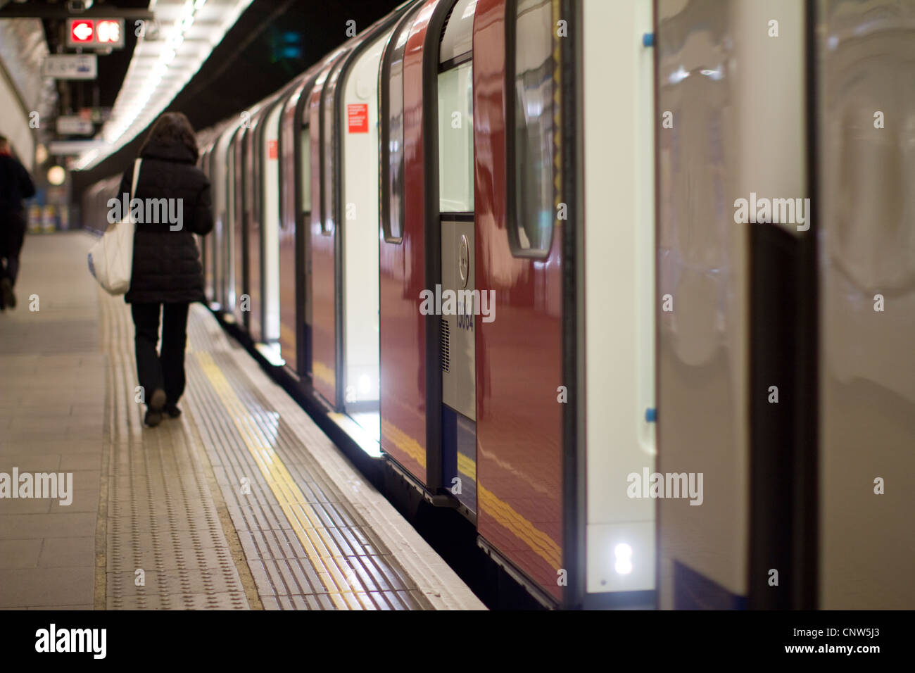 Réseau de métro de Londres, passagers monter sur le train sur la ligne Victoria Walthamstow Photo Stock
