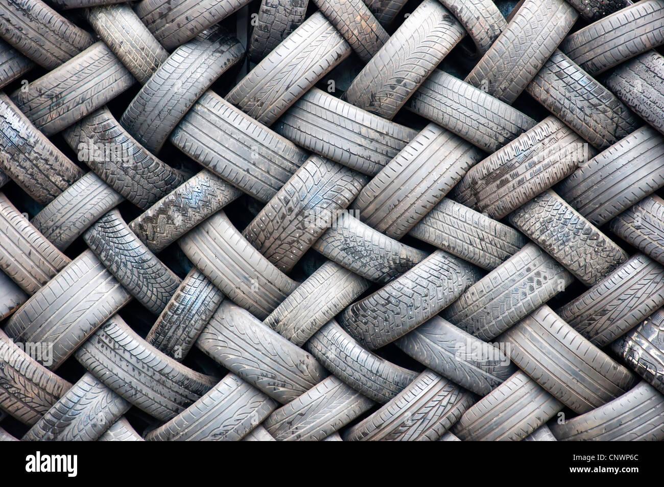 Un arrière-plan image abstraite d'un mur fait entièrement de caoutchouc des pneus. Photo Stock