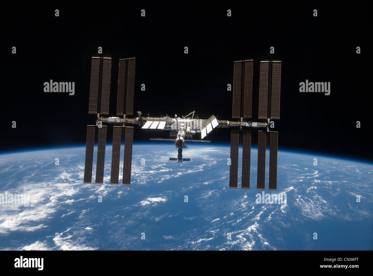 Station spatiale internationale, l'arrière a chuté de l'espace et l'horizon de la Terre. Photo Stock