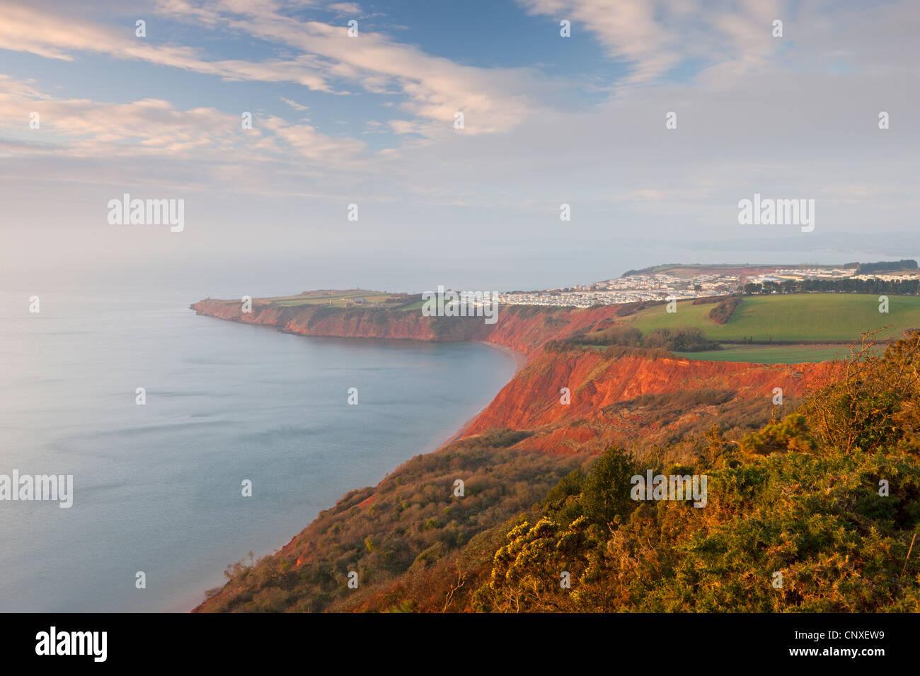 À plus de Littleham Cove Point tout droit vers une falaise, et Caravan Park, Exmouth, Devon, Angleterre. L'hiver Photo Stock