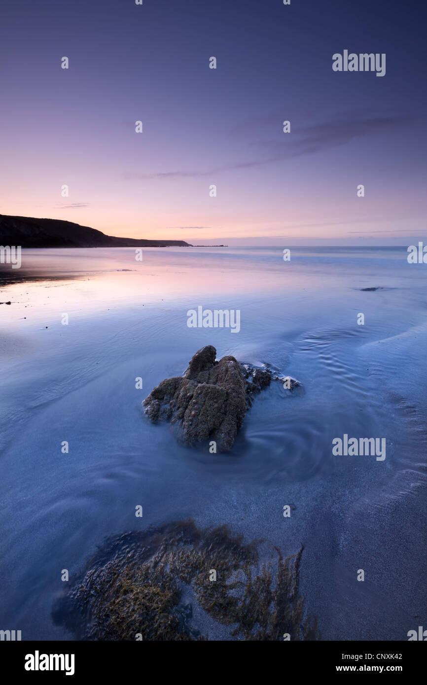 L'aube sur la plage de sables bitumineux Kennack sur la péninsule de Lizard, Cornwall, Angleterre. Printemps Photo Stock