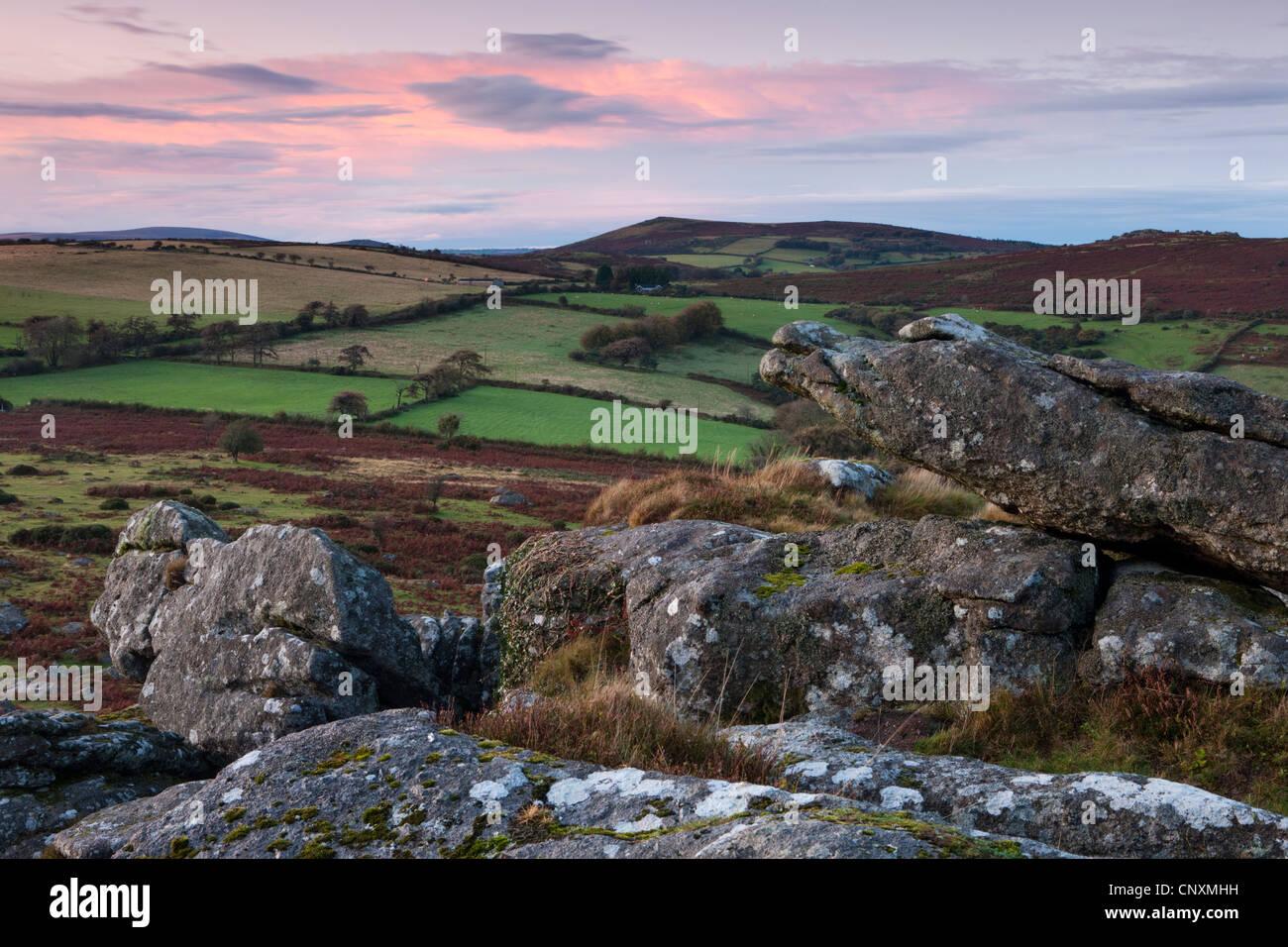 Plus de Twilight vu de campagne Dartmoor Hound Tor, Dartmoor, dans le Devon, Angleterre. L'automne (octobre) Photo Stock