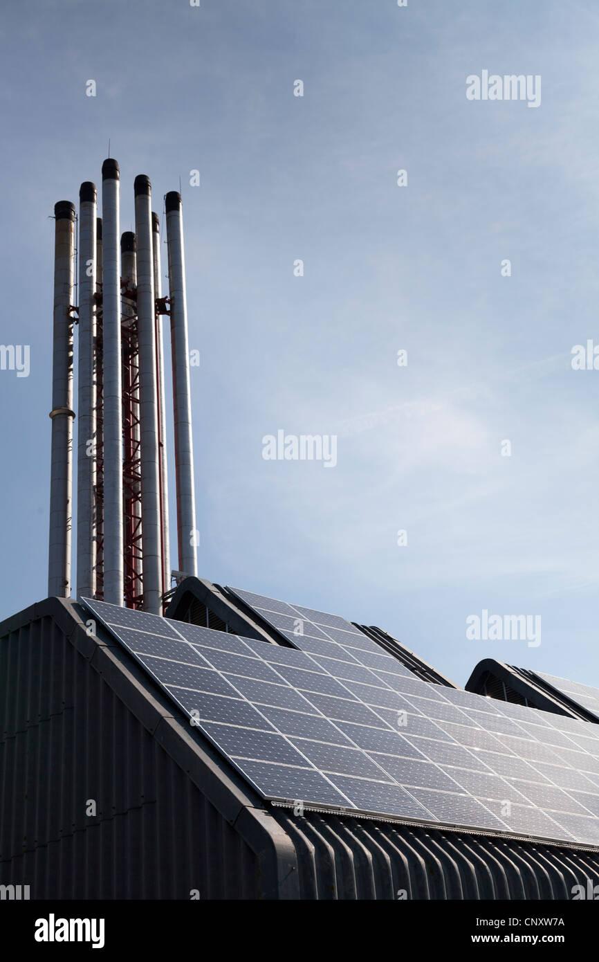 Des panneaux solaires sur l'enceinte de la centrale de l'hôpital Photo Stock