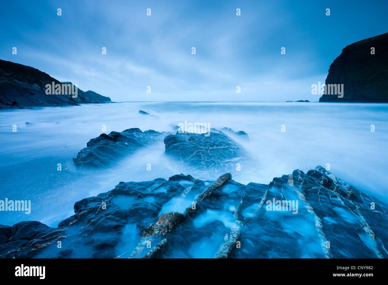 Une longue exposition au crépuscule sur Crackington Haven Beach sur North Cornwall, Angleterre. Mars 2009 Photo Stock