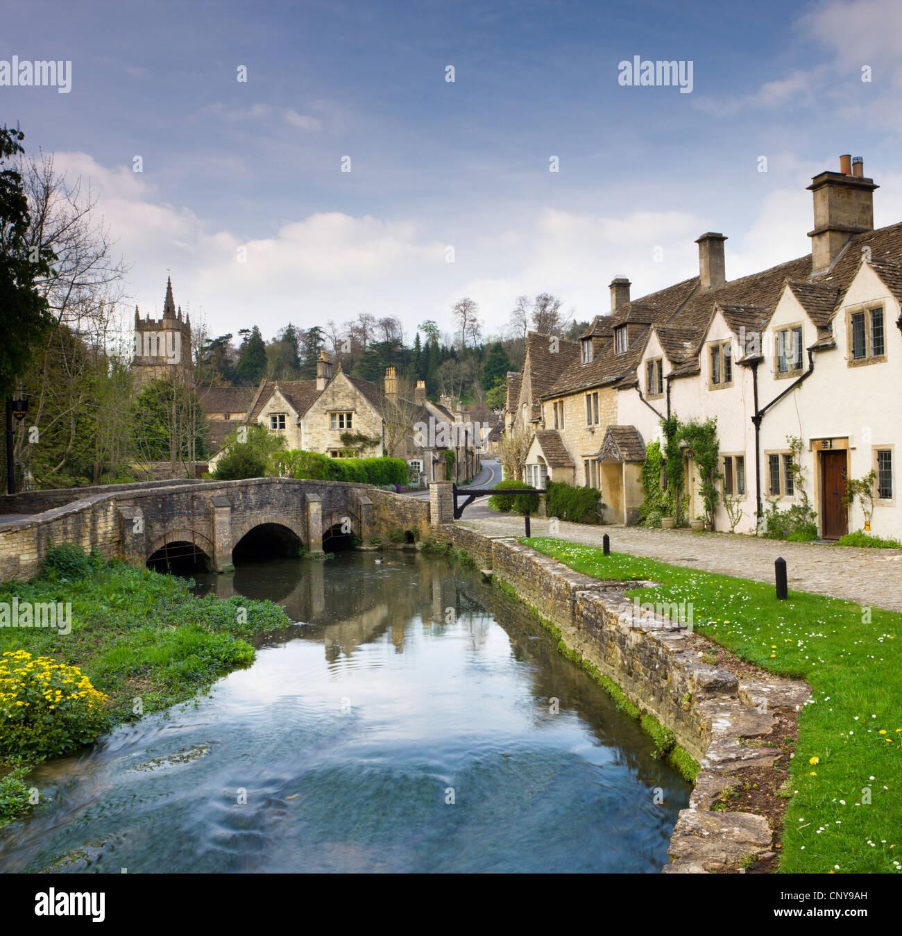 Village pittoresque Cotswolds de Castle Combe, Wiltshire, Angleterre. Printemps (avril 2009) Photo Stock