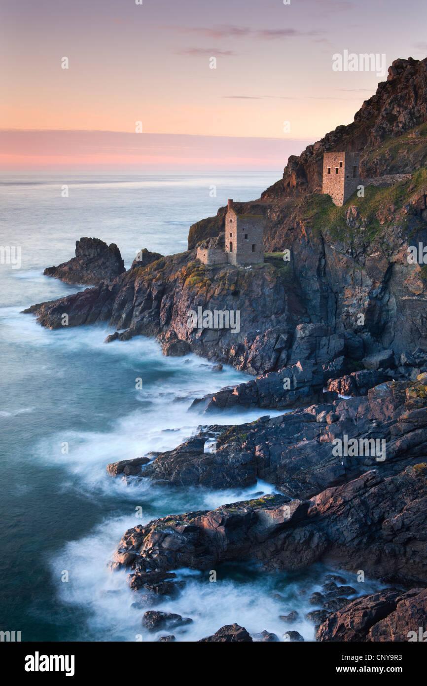 Vestiges de la mine d'étain couronnes engine maisons sur la côte atlantique près de Cornouailles Photo Stock