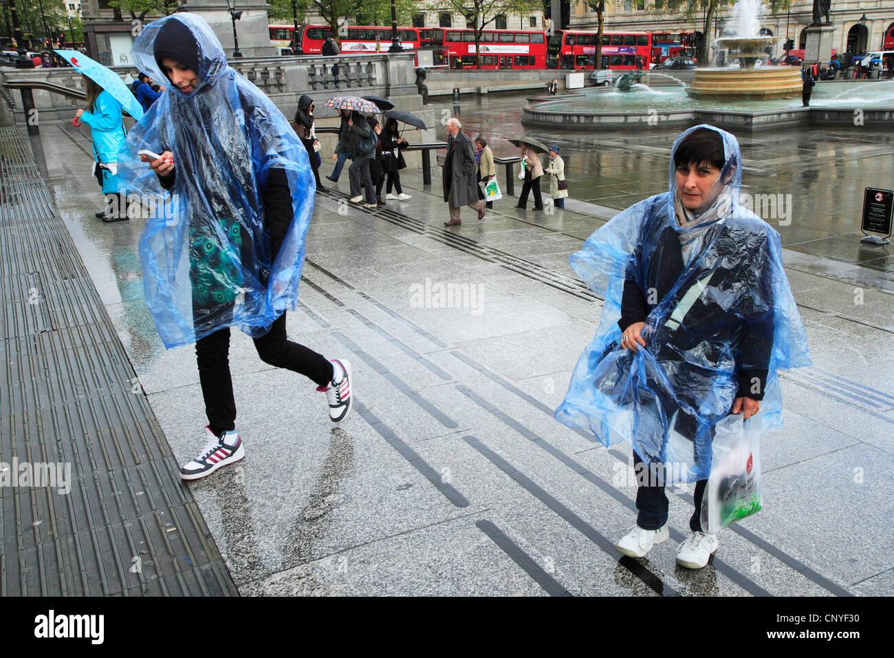 Les touristes dans la pluie, London UK Photo Stock