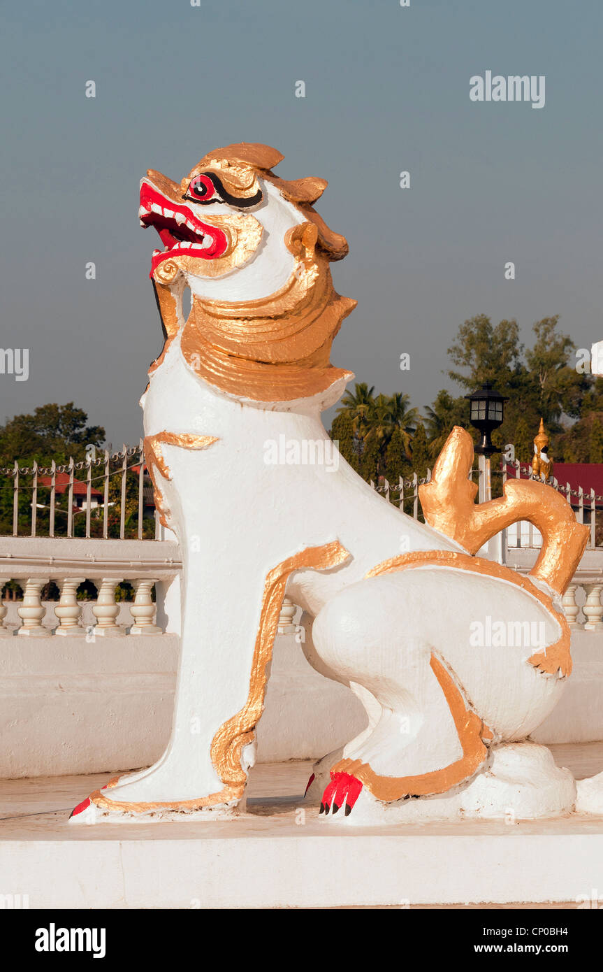 Elk208-3173v Thailande, Mae Hong Son, Wat Jong Klang, lion guardian figure Photo Stock