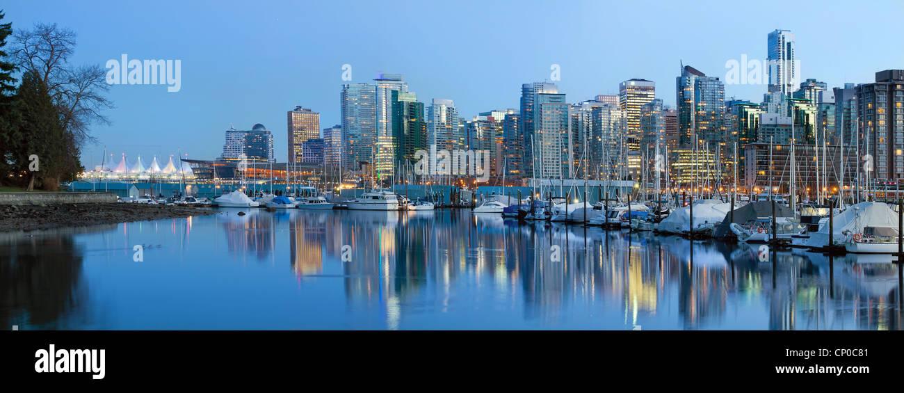 Vancouver (C.-B.) sur les toits de la ville le long de False Creek par Stanley Park à l'Heure Bleue Photo Stock