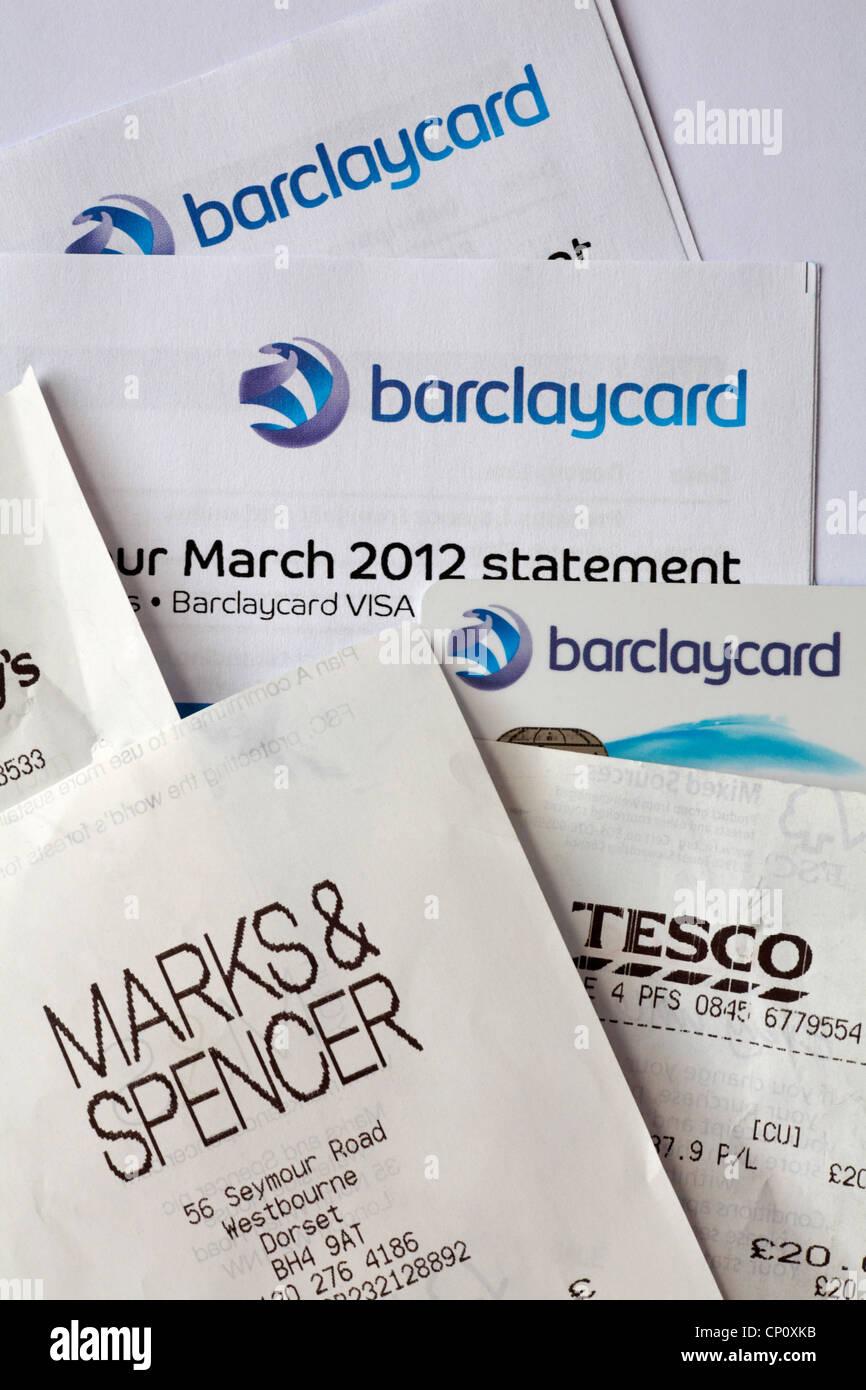 États financiers Barclaycard Barclaycard, carte Visa et reçus sur fond blanc Photo Stock