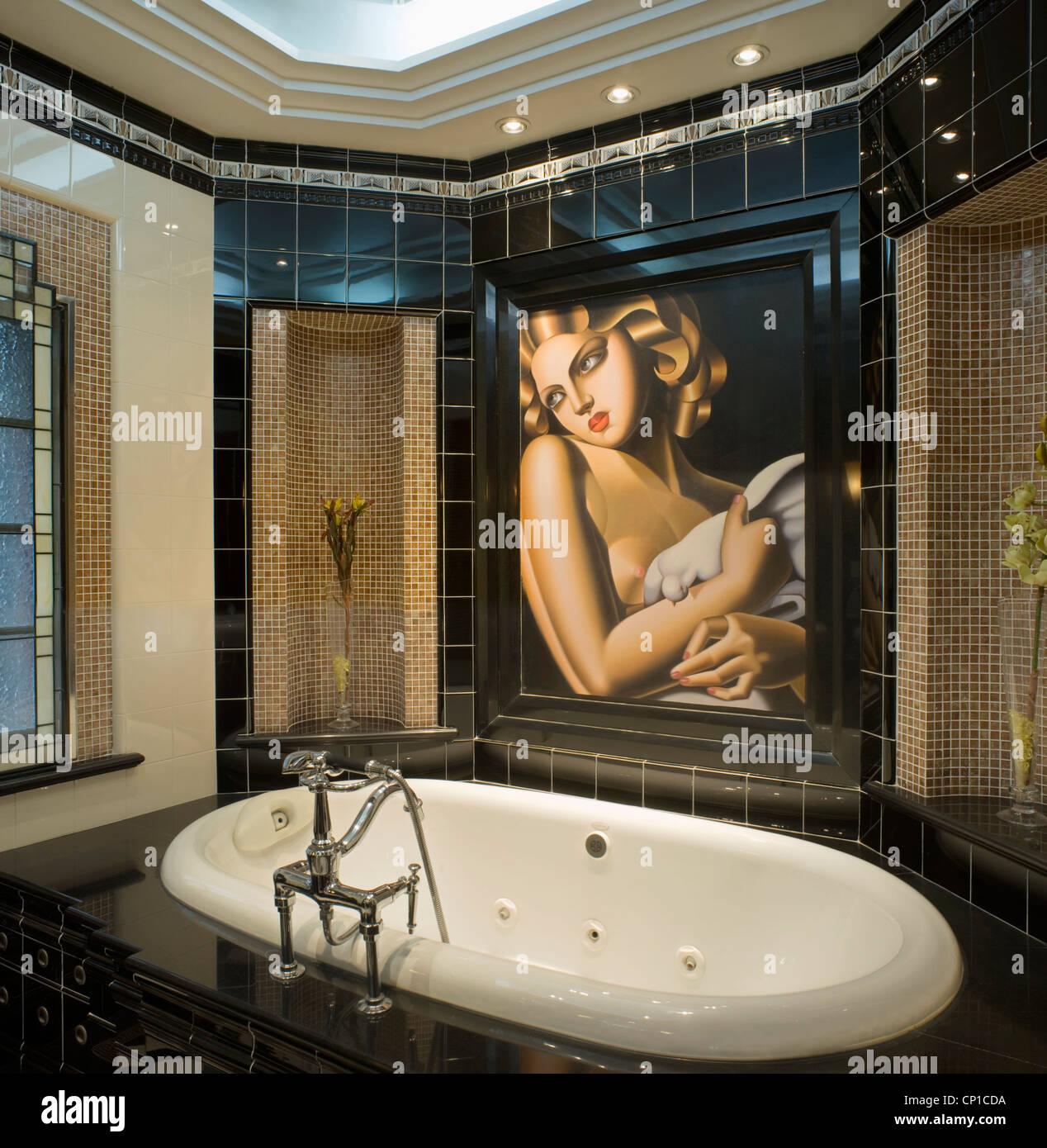 Salle de bains dans un style Art déco récemment restauré ...