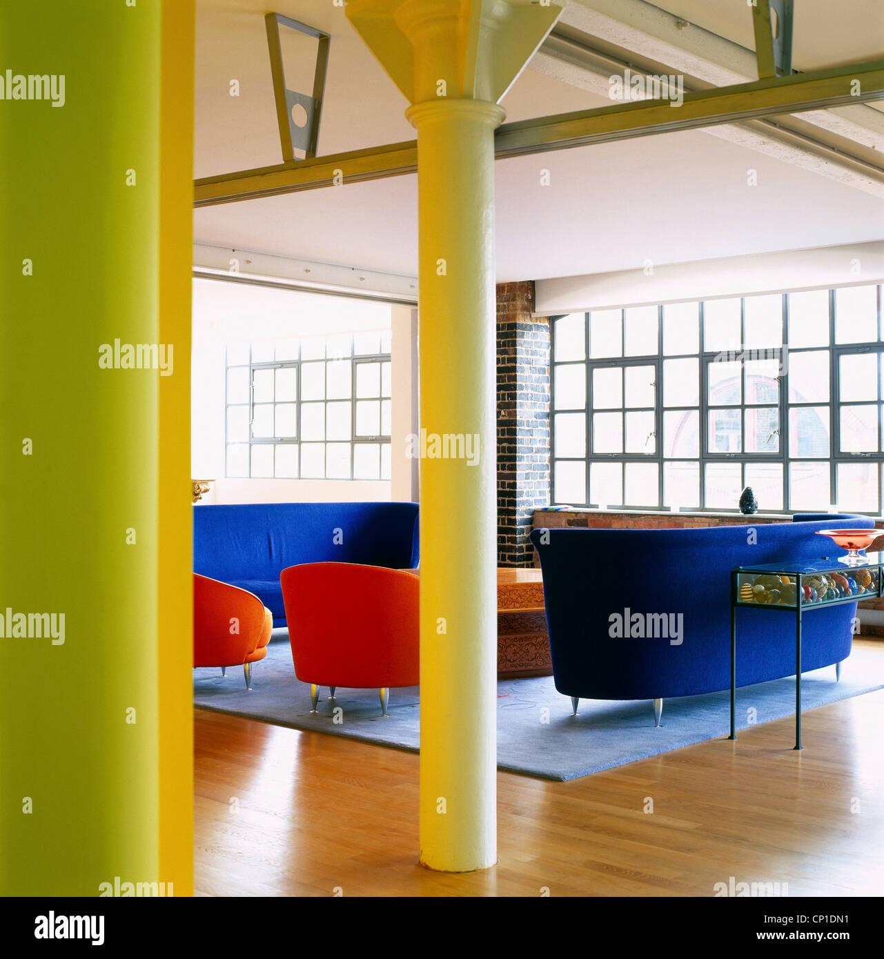 Coin bleu et rouge dans la chambre moderne Banque D\'Images ...