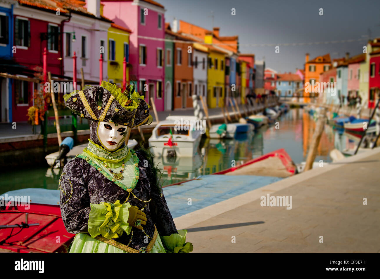 Les gens en masque déguisé dans carnaval. L'île de Burano. Venise, Italie. Photo Stock