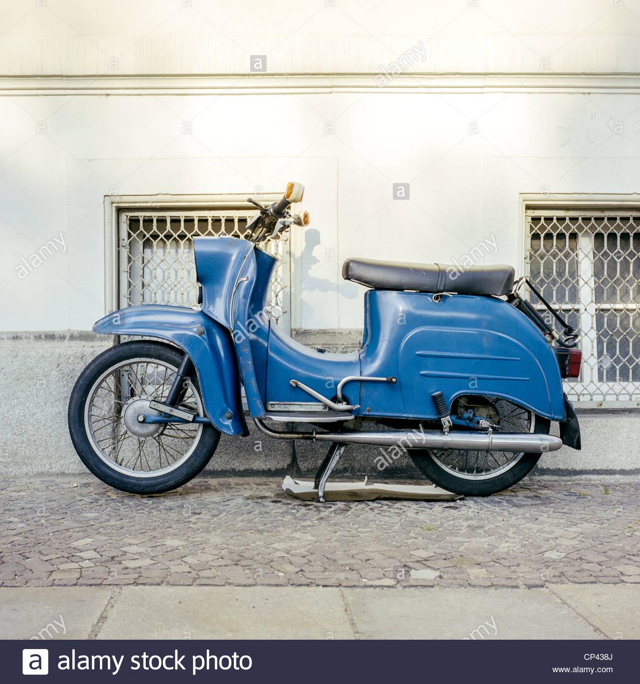 Un Vespa bleu moto garée sur le trottoir à Leipzig, Saxe, Allemagne Banque D'Images