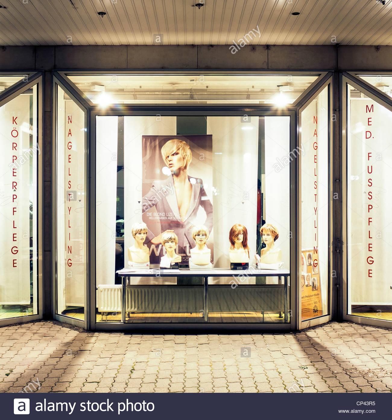 La fenêtre éclairée d\'un salon de coiffure de nuit, Leipzig ...
