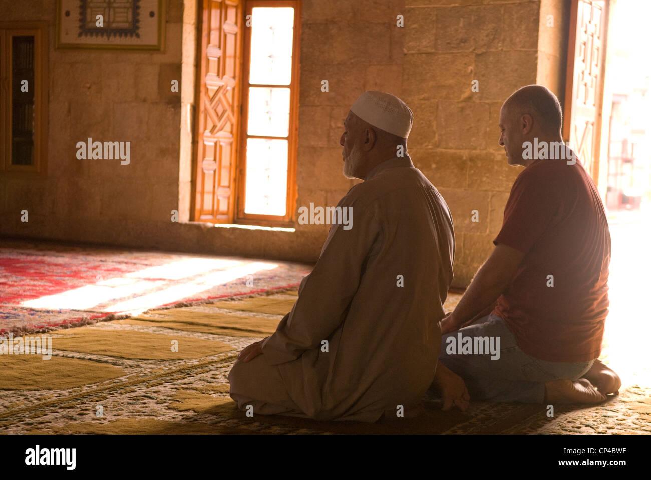 Les musulmans en prière dans la mosquée du Fakreddine dans l'ère ottomane ville de Deir al-Qamar, Photo Stock