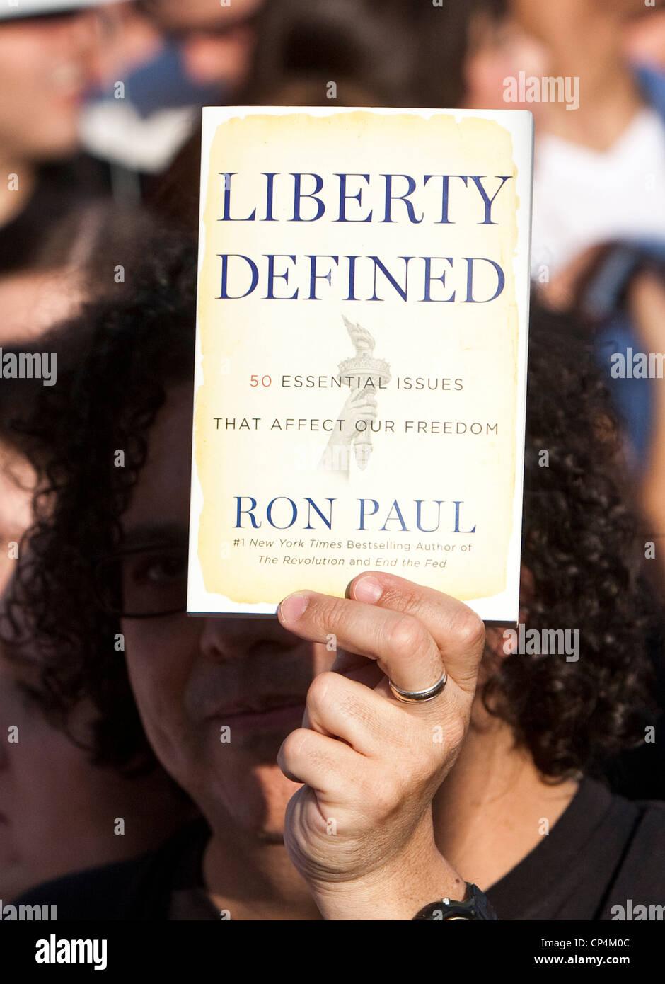 Supporter Ron Paul est titulaire copie de livre écrit par politicien à rallier au Texas Photo Stock