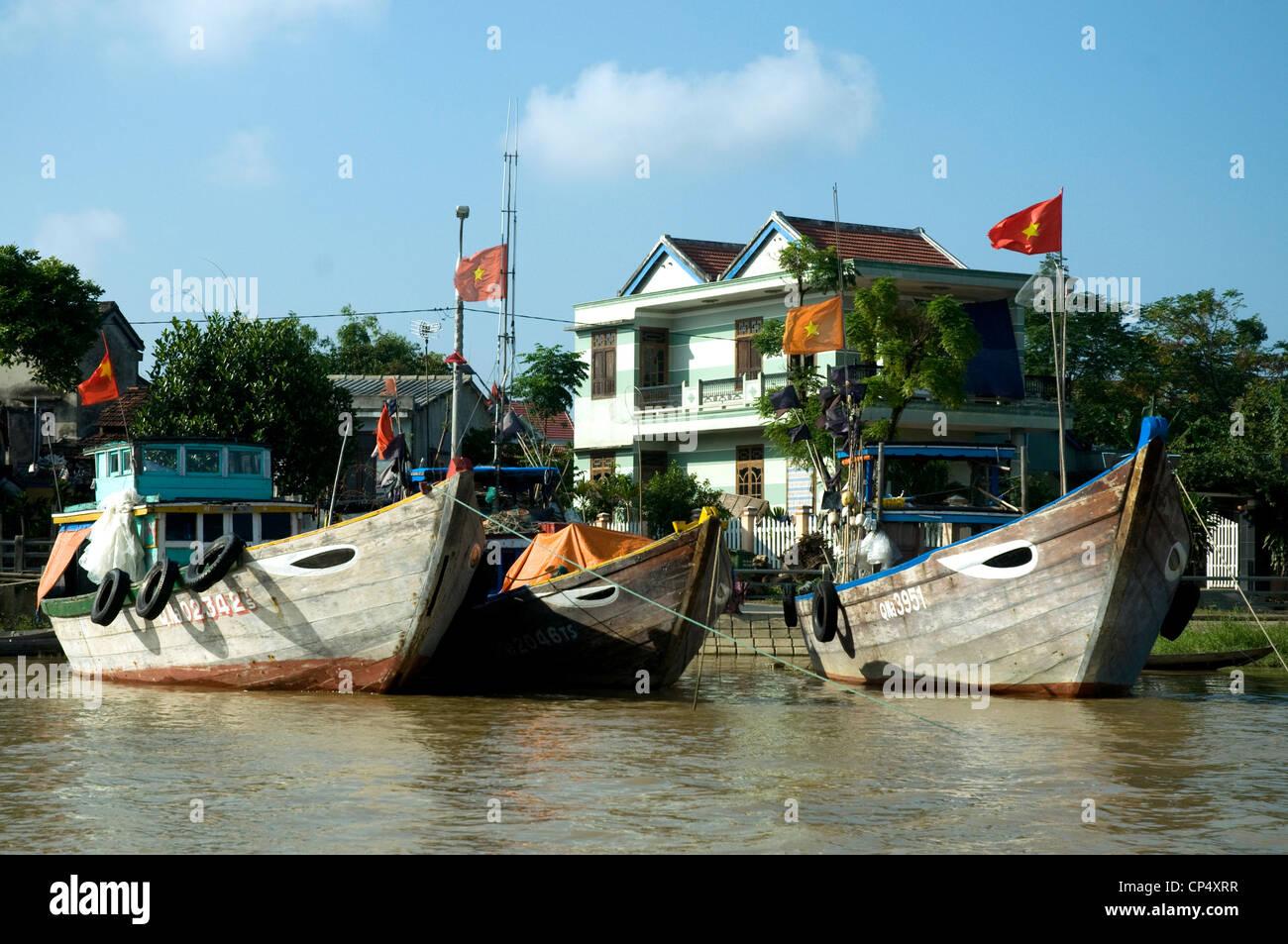 Au Vietnam, Hoi An, un port de commerce historique moderne, les bateaux de pêche sont amarrés le long Photo Stock