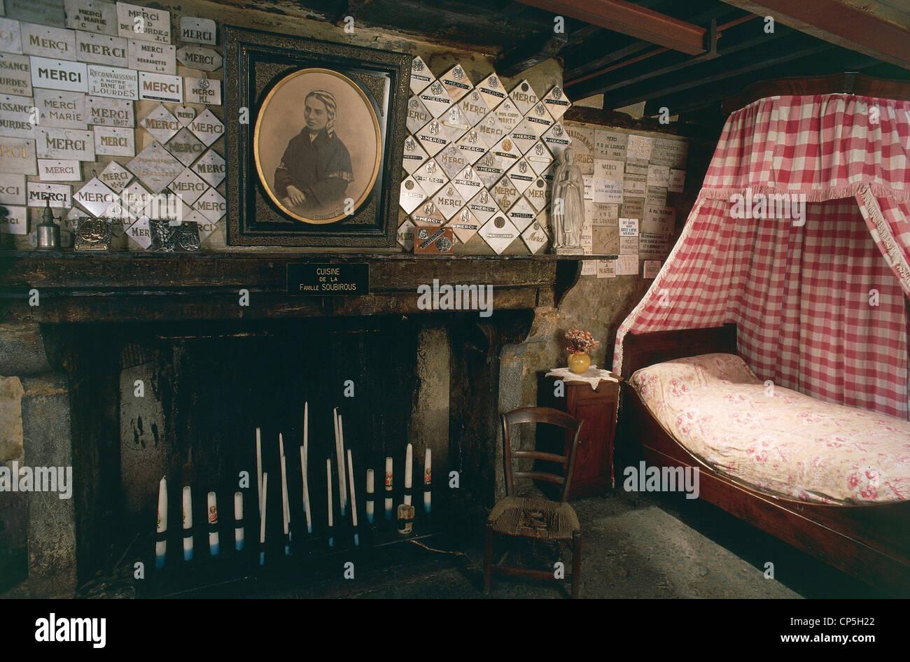 France Midi Pyrenees Lourdes Moulin Lacado Maison Familiale De Sainte Bernadette Soubirous L Interieur Photo Stock Alamy