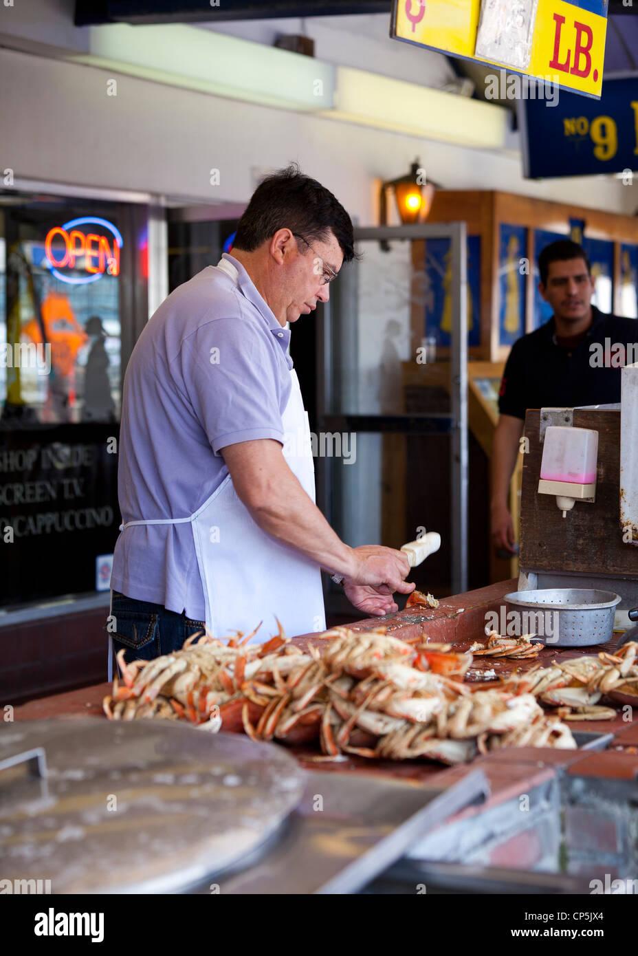 Un homme crabes fissuration Photo Stock