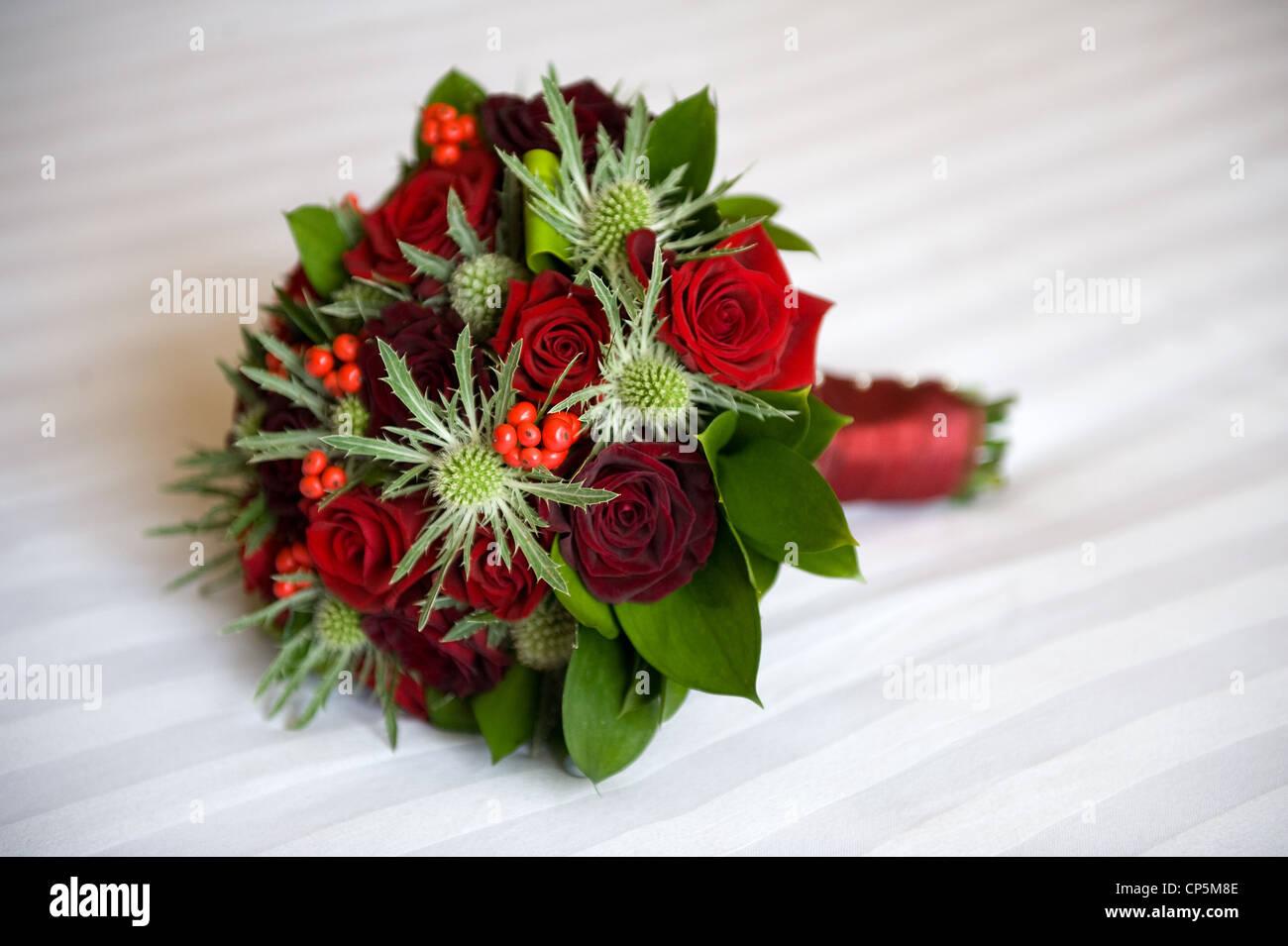Un mariage bouquet de roses rouges et eryngium Photo Stock