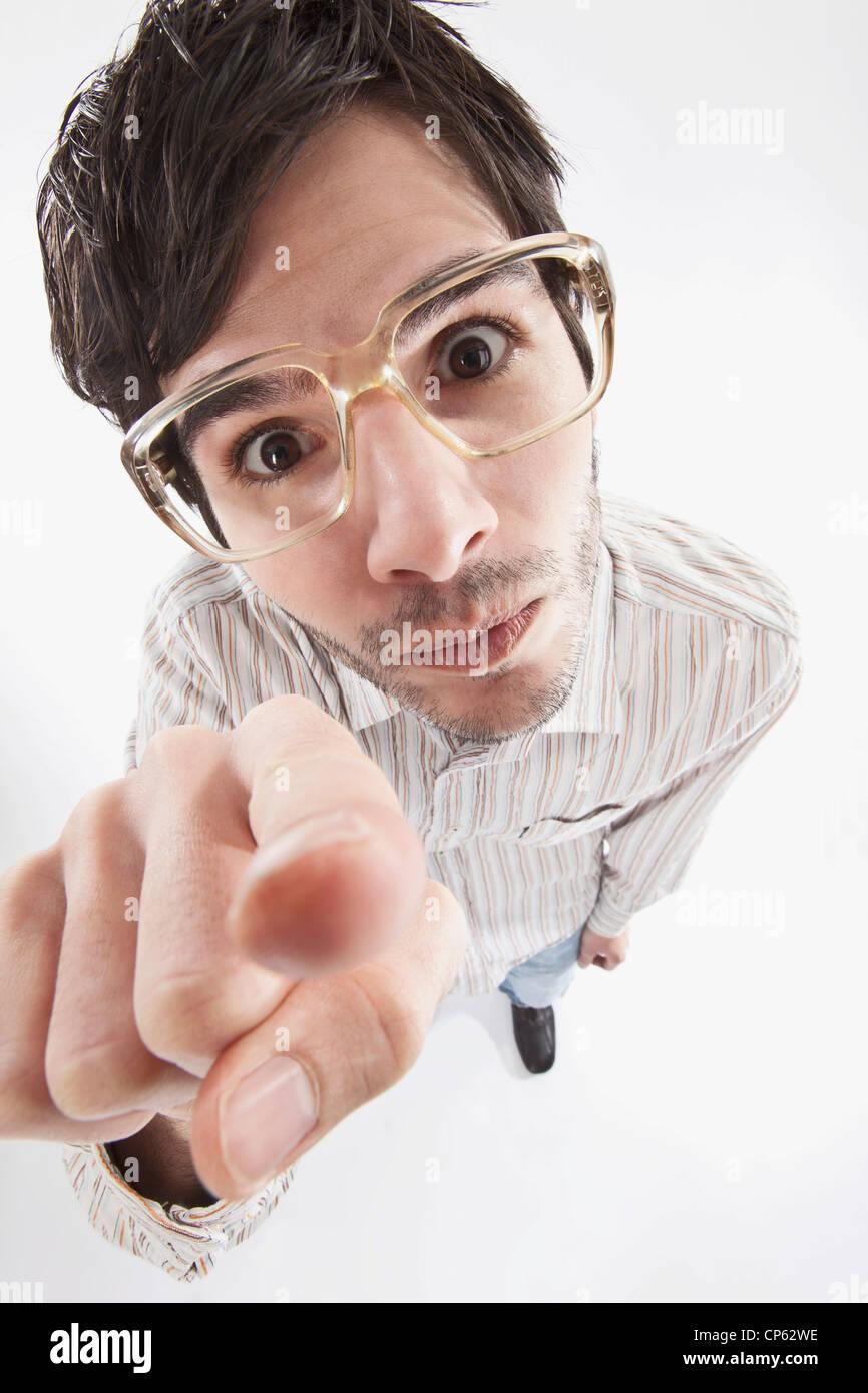 Jeune homme avec lunettes folles, portrait Photo Stock