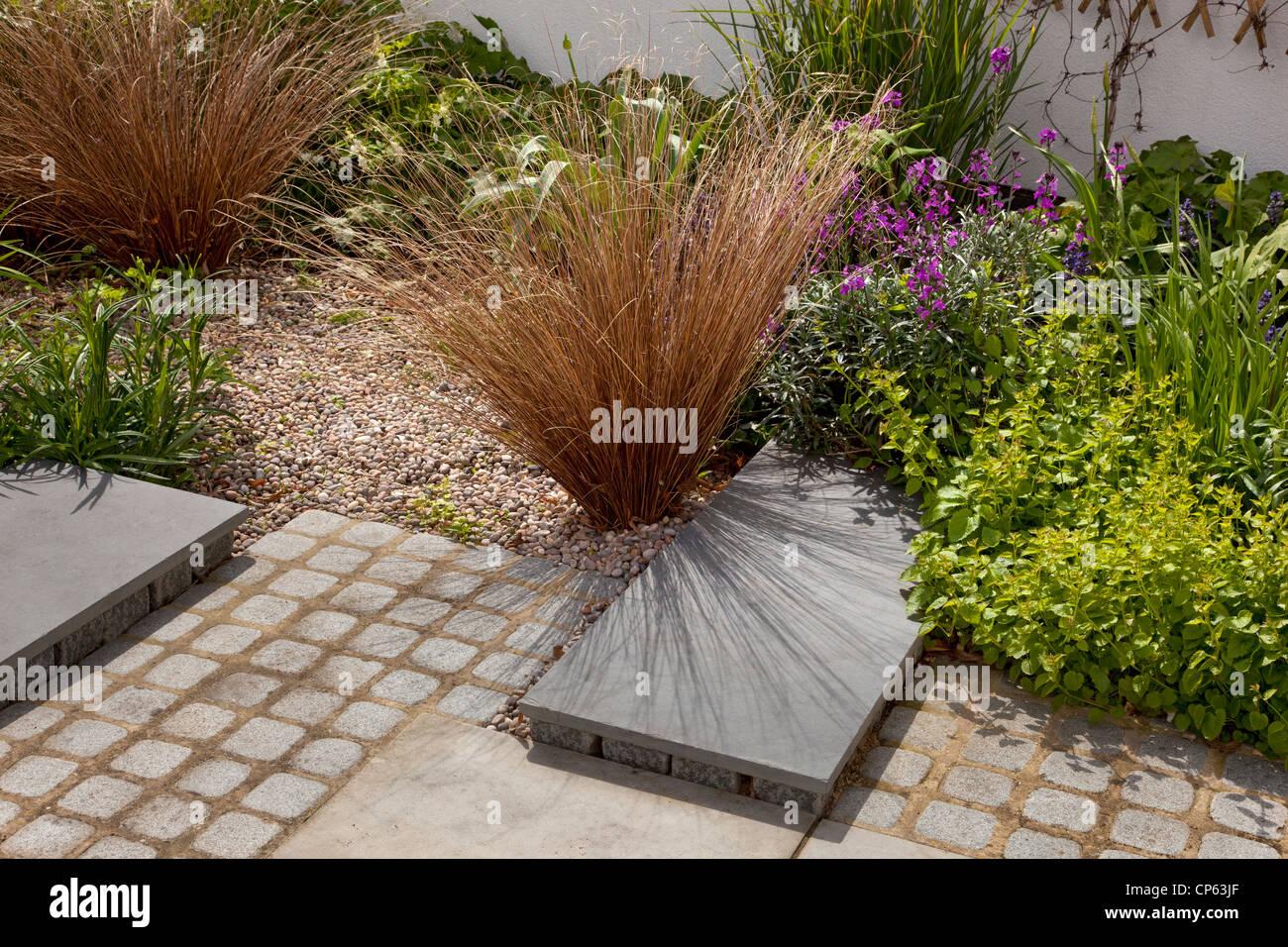 Moderne contemporain jardin avec du gravier et les herbes du ...