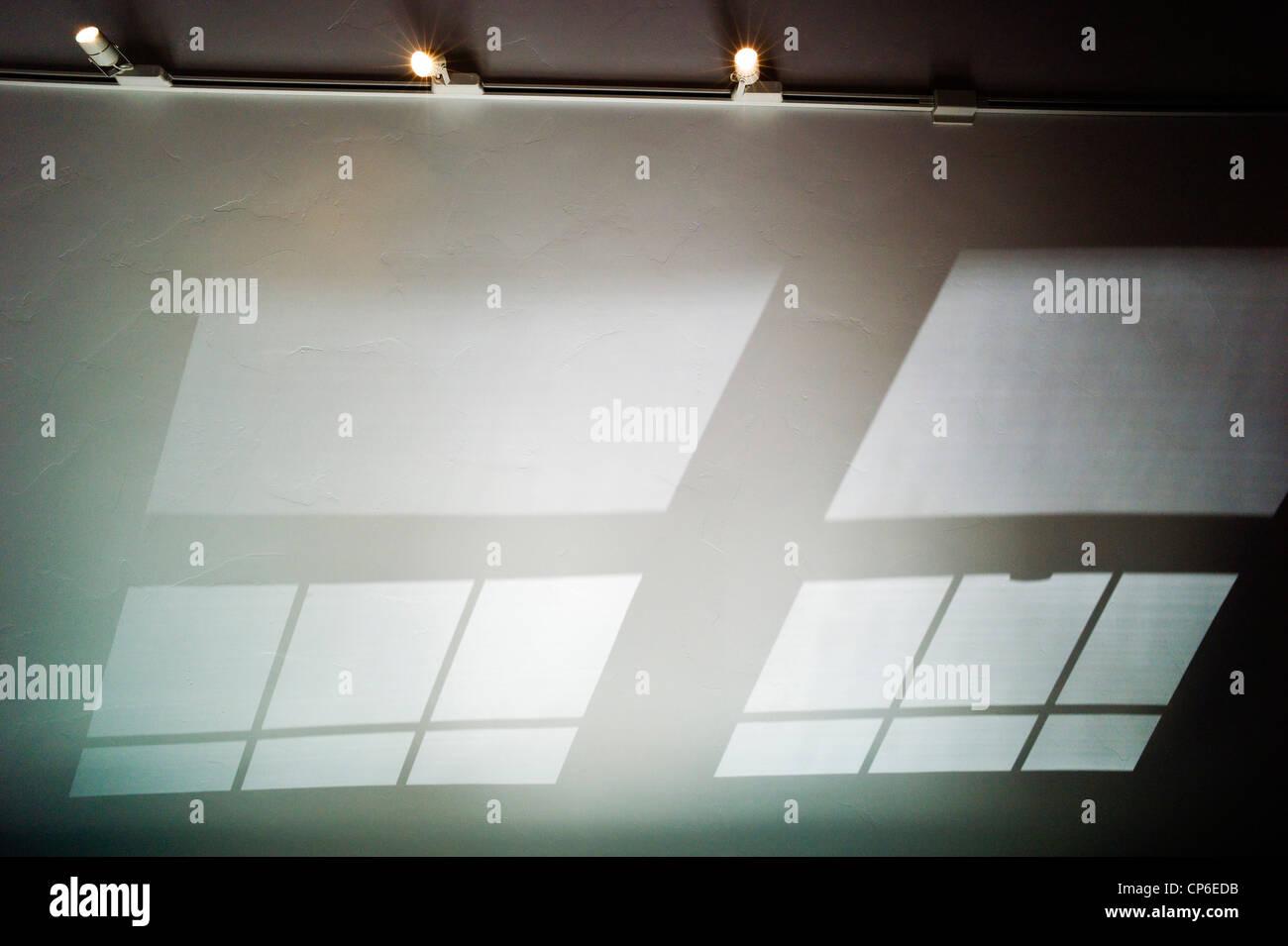 Réflexions, les ombres et les modes fenêtre moulé sur le plafond voûté d'un bureau Photo Stock