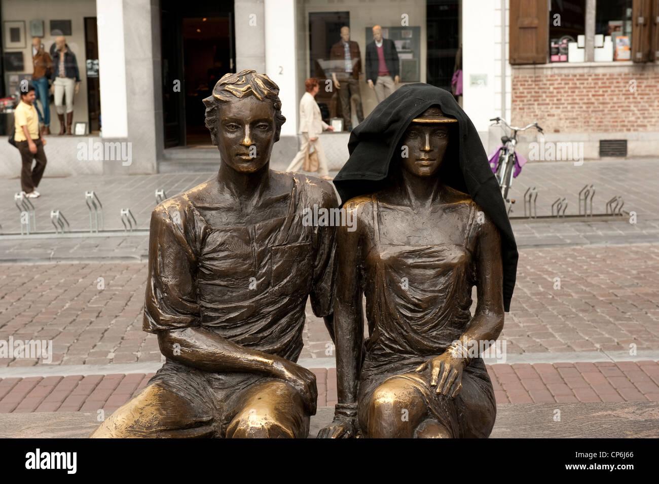 Bronze Statue Couple Dart Public Sur Banc De La Grand Place Hasselt