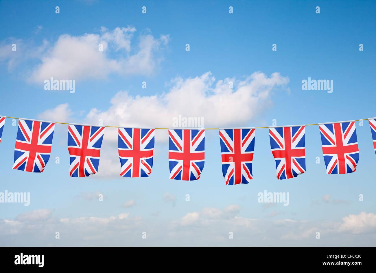 Union Jack noir sur fond de ciel bleu Banque D'Images