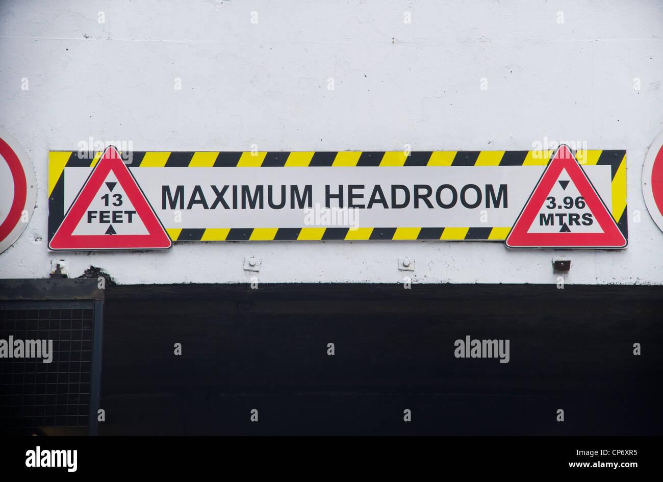 Panneau d'avertissement de la hauteur pour les véhicules qui circulent sous bas tunnel Photo Stock