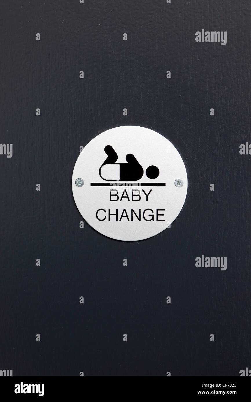 Changer bébé signe sur une porte des toilettes Photo Stock