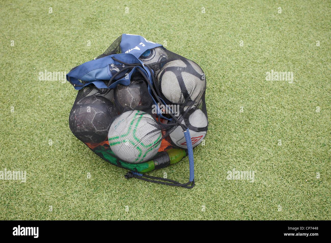 Un sac de ballons de football/soccer balls sur le terrain d'entraînement. Banque D'Images