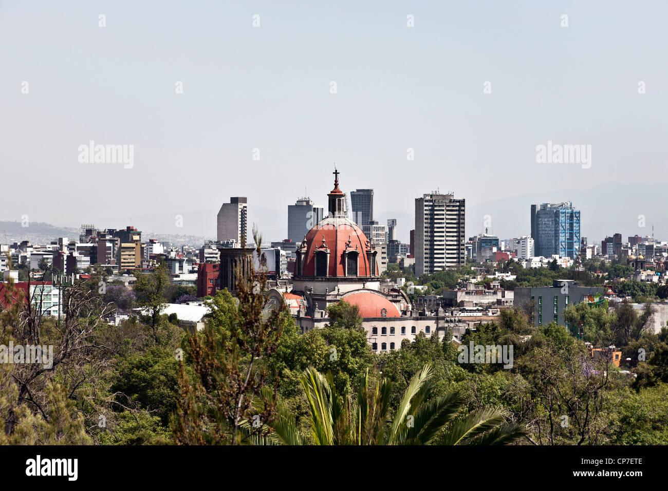 Voir l'horizon de la ville de Mexico sur le printemps à au sud de la colline de Chapultepec dessus de la Photo Stock
