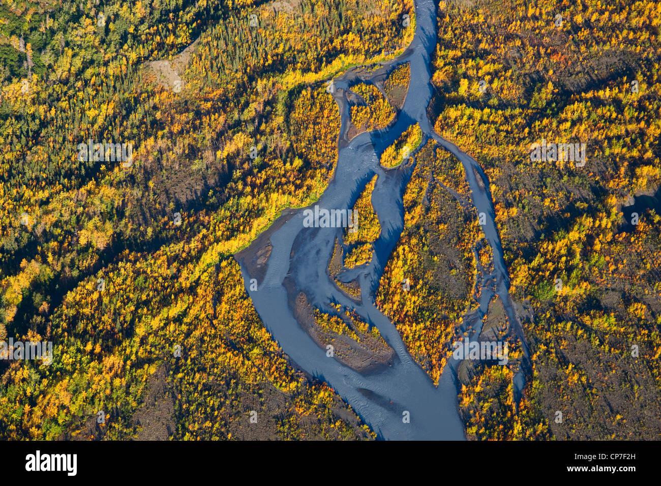 Vue aérienne de la rivière Eagle et couleurs d'automne, Chugach State Park, Southcentral Alaska Banque D'Images