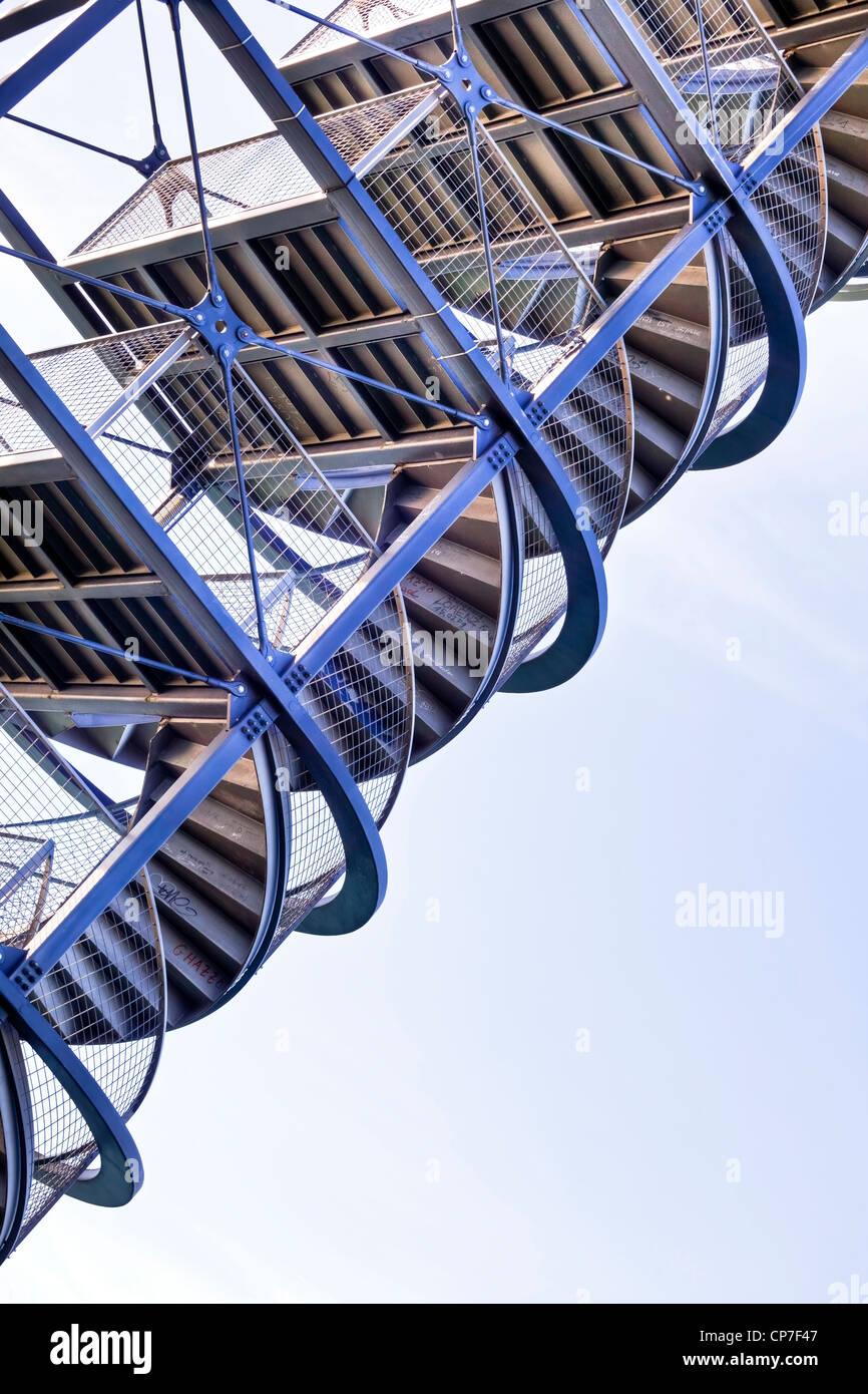 L'escalier d'une tour d'observation à partir de ci-dessous Photo Stock