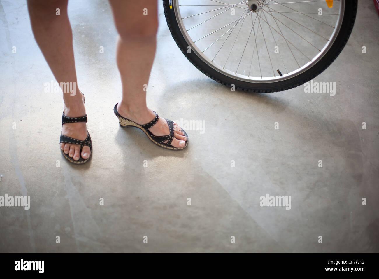 D'un Femme Debout Banque Sandales Portaient Vélo Côté Des À Pneu De wZiOukXTP
