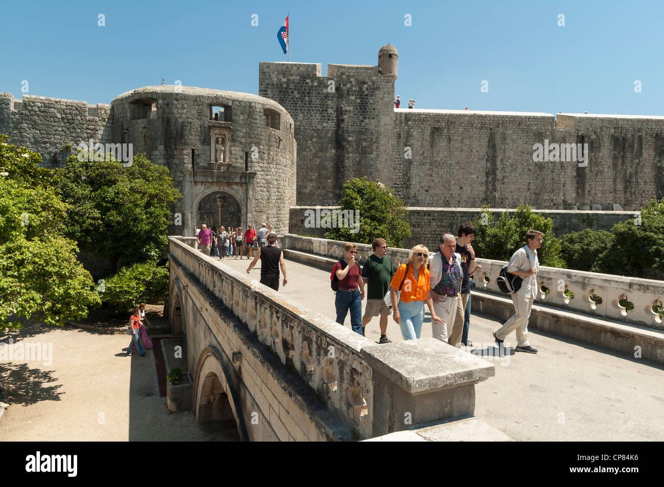 Dubrovnik, Croatie - les touristes à la Porte Pile entrée de la vieille ville et les remparts de la ville Photo Stock