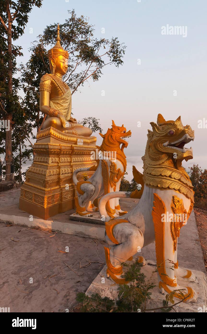 Elk208-3251v Thailande, Mae Hong Son, Wat Phra That Doi Kong Mu, guardian chiffres avec la figure de Bouddha Photo Stock