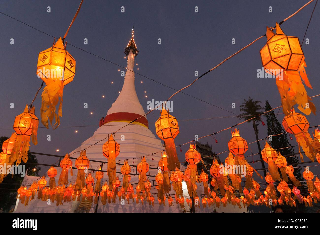 Elk208-3271 Mae Hong Son, Thaïlande, Wat Phra That Doi Kong Mu, chedi avec des lanternes Photo Stock